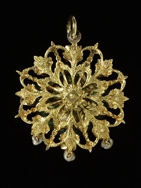 Enameled Gold, Citrine, Garnet, and Pearl Pendant, Reverse (1620-50) © Victoria and Albert Museum, London